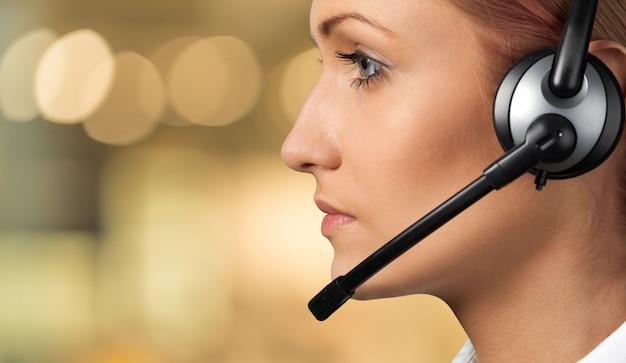 Nahaufnahme des gesichtes der jungen frau mit kopfhörern, callcenter oder support-konzept