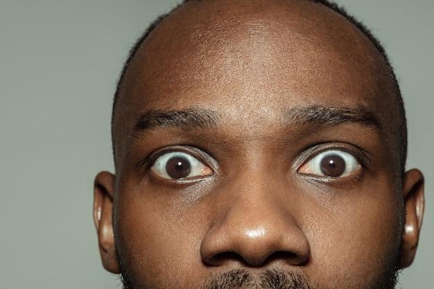 Nahaufnahme des gesichtes des schönen afrikanischen amerikanischen jungen mannes fokussieren auf augen