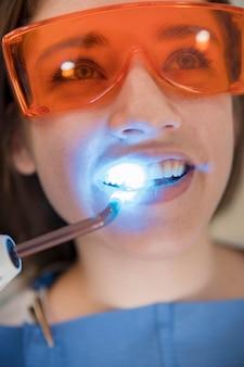 Nahaufnahme des gesichtes einer frau, das zahnmedizinische behandlung durchläuft