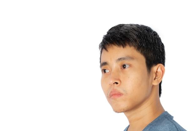 Nahaufnahme des gesichtes junger asiatischer mann auf einem weißen hintergrund.