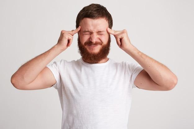 Nahaufnahme des gestressten angespannten jungen mannes