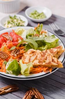 Nahaufnahme des gesunden lebensmitteltellers mit salat