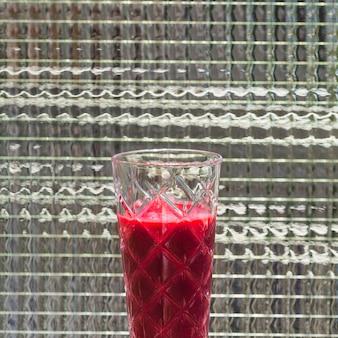 Nahaufnahme des gesunden rote-bete-wurzeln safts im glas