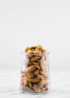 Nahaufnahme des glases gefüllt mit frischen cashewnüssen