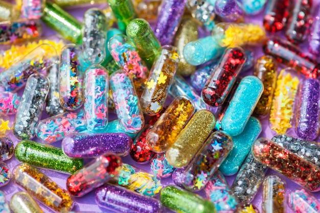 Nahaufnahme des glittery shimmery glänzenden pillenkapselhintergrundes