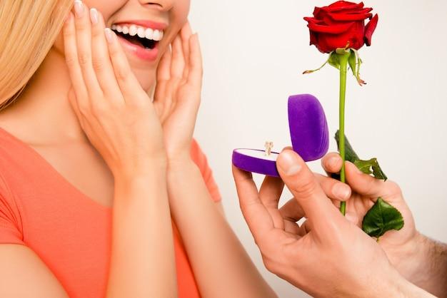 Nahaufnahme des glücklichen aufgeregten mädchens. ihr freund macht einen heiratsantrag