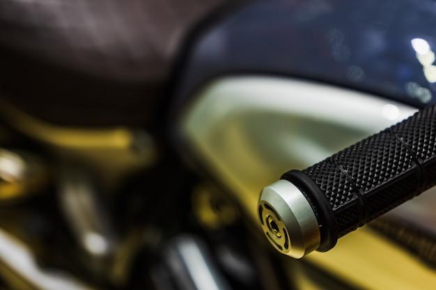 Nahaufnahme des griffs am lenker auf einem sportmotorrad.