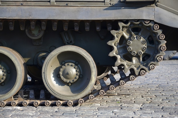 Nahaufnahme des grünen gepanzerten raupentransports. moderne militärische transportfahrzeugtechnologien