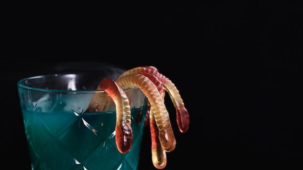 Nahaufnahme des grünen getränks mit geleewürmern