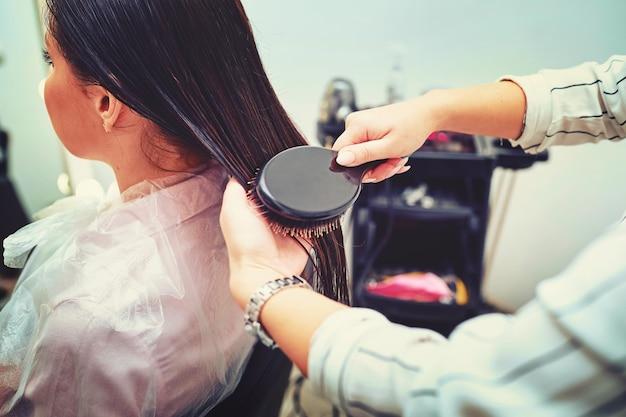 Nahaufnahme des haartrockners zum föhnen, konzeptfriseursalon, stylistin.