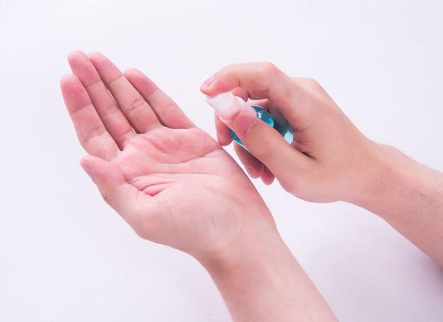 Nahaufnahme des händewaschens mit alkohol-desinfektionsmittel.