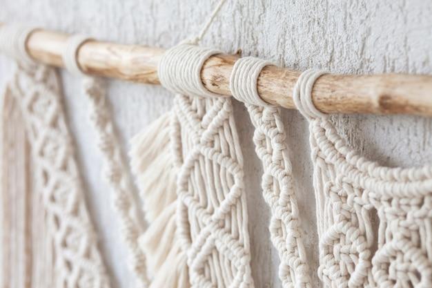 Nahaufnahme des handgemachten makramee-strickens