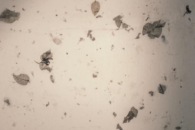 Nahaufnahme des handgemachten papierbeschaffenheitsweinlesehintergrundes mit blatt.