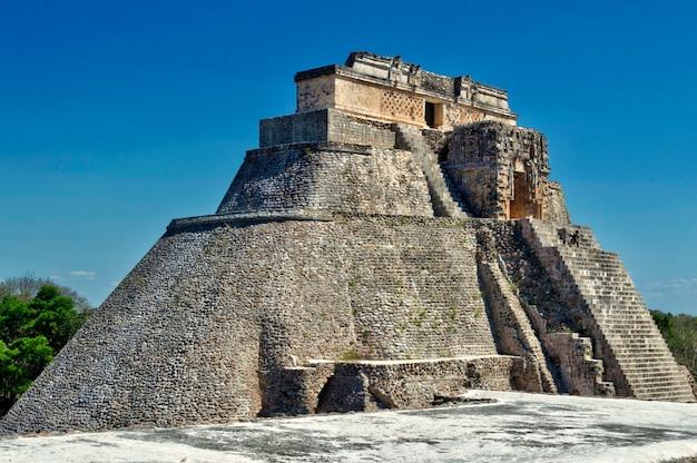 Nahaufnahme des hauses des adivino. uxmal archäologische stätte in yucatan. schöne touristische gegend