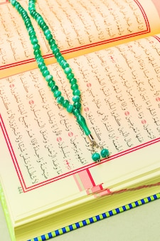 Nahaufnahme des heiligen quran des islamischen buches