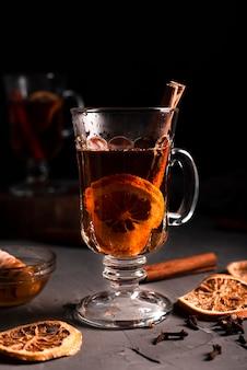 Nahaufnahme des heißen tees mit zimt