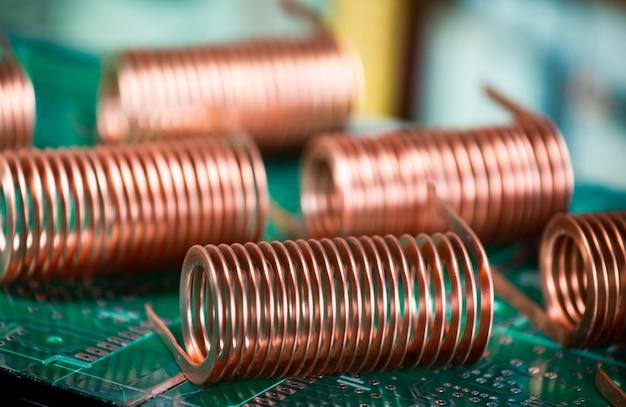 Nahaufnahme des hochfrequenz-kupferdrahtes auf grüner mikroschaltung