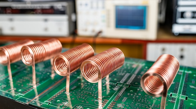 Nahaufnahme des hochfrequenzkupferdrahtes auf grüner mikroschaltung