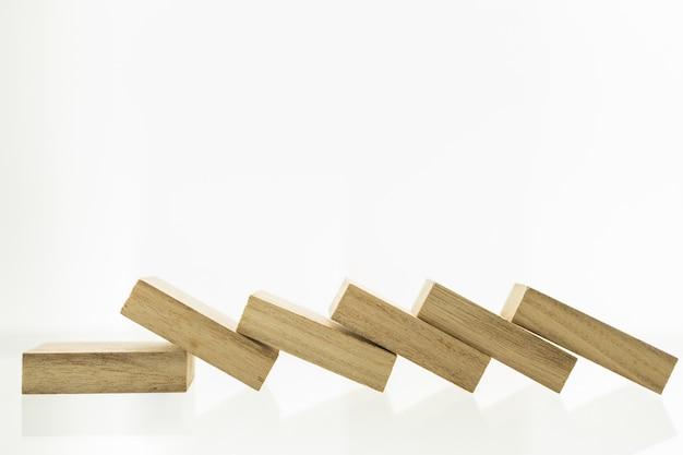 Nahaufnahme des holzblocks alle zusammenbruch des falles in der linie, mit kopierraum.