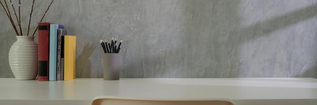 Nahaufnahme des home office mit briefpapier, büchern, dekoration und kopierraum auf mit tisch