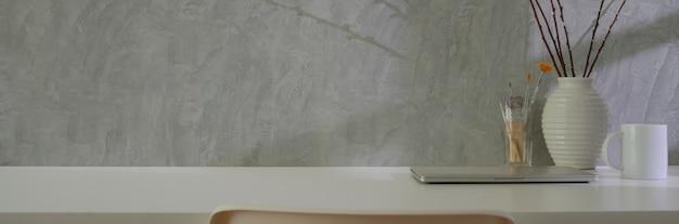 Nahaufnahme des home office mit laptop-zubehör, dekoration und kopierraum auf mit tisch