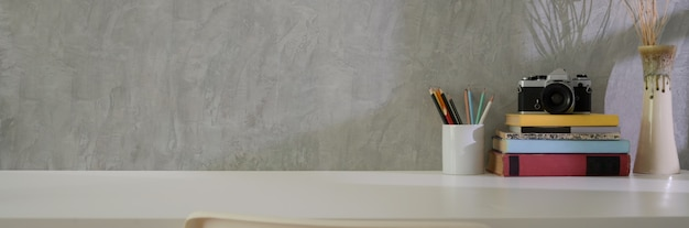 Nahaufnahme des home office mit zubehör, büchern, dekoration und kopierraum auf mit tisch