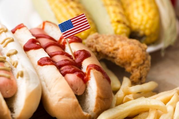 Nahaufnahme des hotdogs und der pommes frites