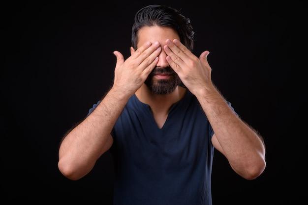 Nahaufnahme des hübschen bärtigen persischen mannes lokalisiert
