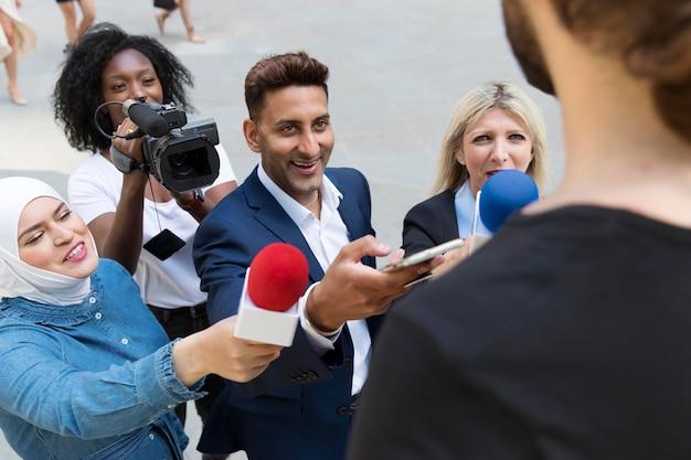 Nahaufnahme des interviewpartners mit mikrofon, der aussagen aufnimmt