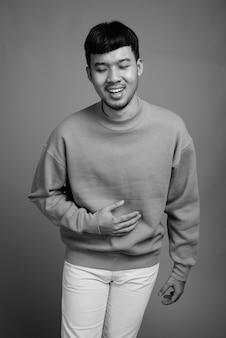 Nahaufnahme des jungen asiatischen mannes, der pullover trägt
