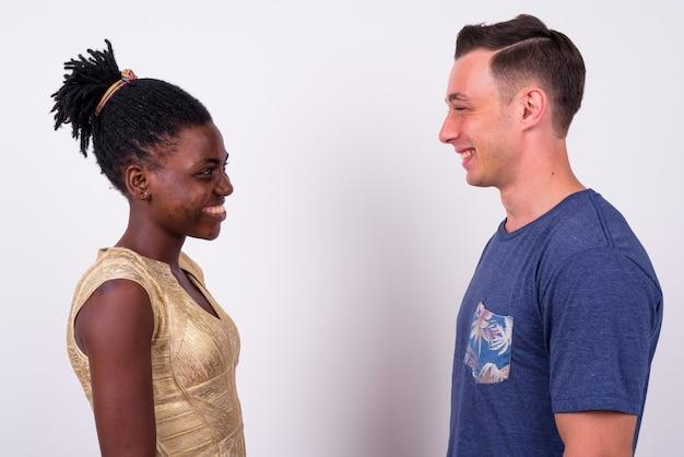 Nahaufnahme des jungen gutaussehenden mannes und der jungen afrikanischen frau zusammen und in der liebe isoliert