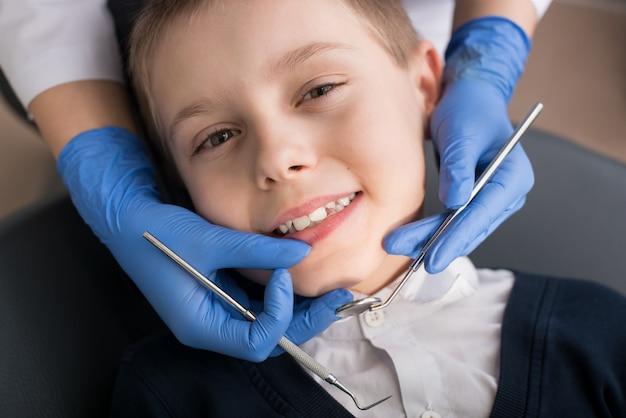 Nahaufnahme des jungen seine zähne von einem zahnarzt überprüfen lassen