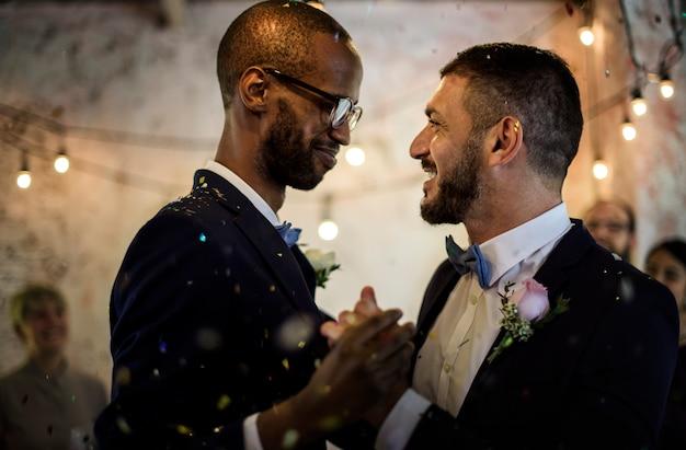Nahaufnahme des jungvermählten-homosexuellen paar-tanzen auf hochzeitsfeier