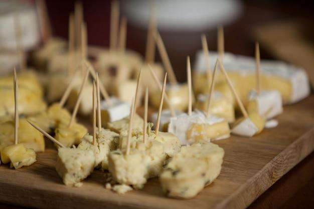 Nahaufnahme des käses an der theke