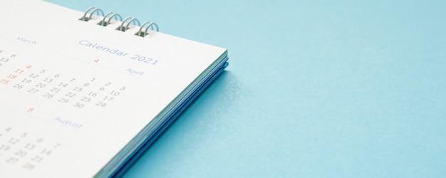 Nahaufnahme des kalenders auf blau