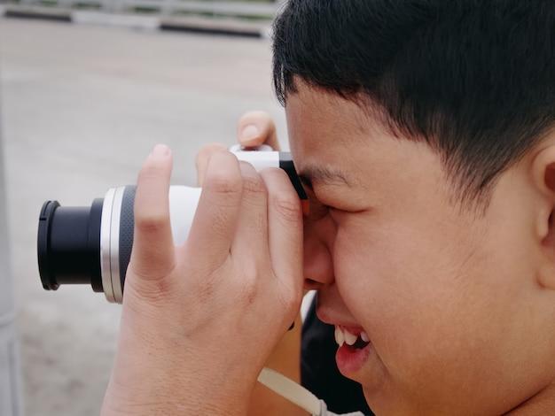 Nahaufnahme des kindes, das fotos mit spiegelloser kamera macht