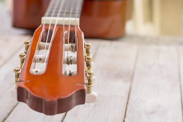 Nahaufnahme des klassischen gitarrenspindelkastens auf holztisch