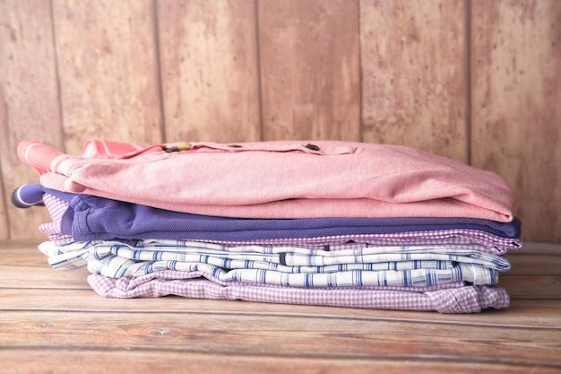 Nahaufnahme des kleiderstapels auf dem tisch
