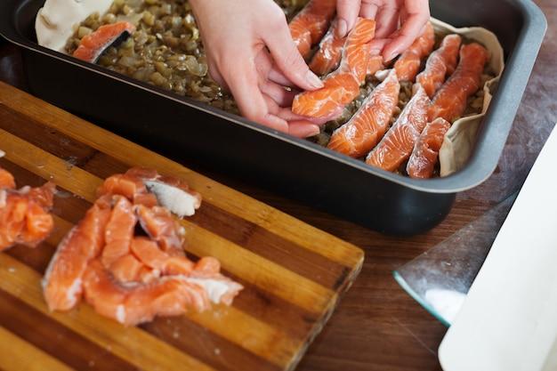 Nahaufnahme des kochens der fischtorte