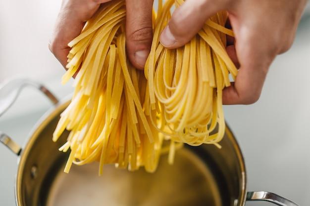 Nahaufnahme des kochens der geschmackvollen teigwaren