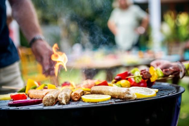 Nahaufnahme des kochens des selbst gemachten grills auf holzkohlengrill