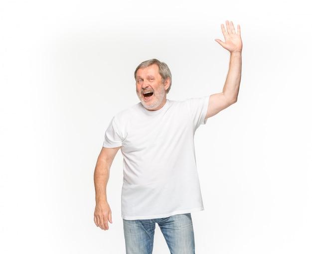 Nahaufnahme des körpers des älteren mannes im leeren weißen t-shirt lokalisiert auf weißem raum. mock-up für disign-konzept
