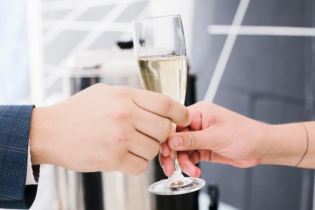 Nahaufnahme des köstlichen glases champagners