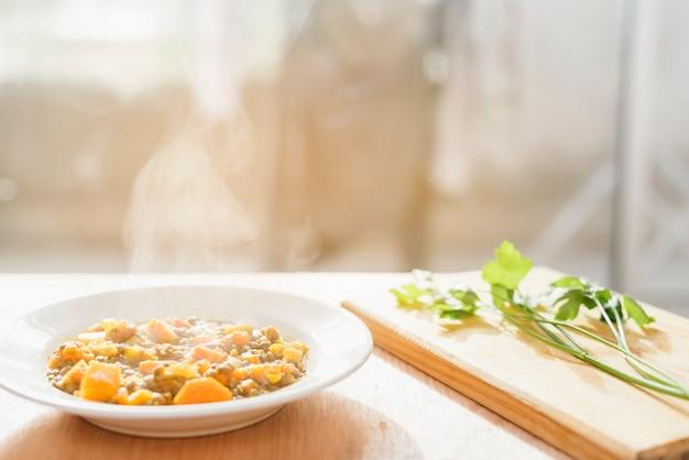 Nahaufnahme des köstlichen heißen lebensmittels auf hölzernem schreibtisch