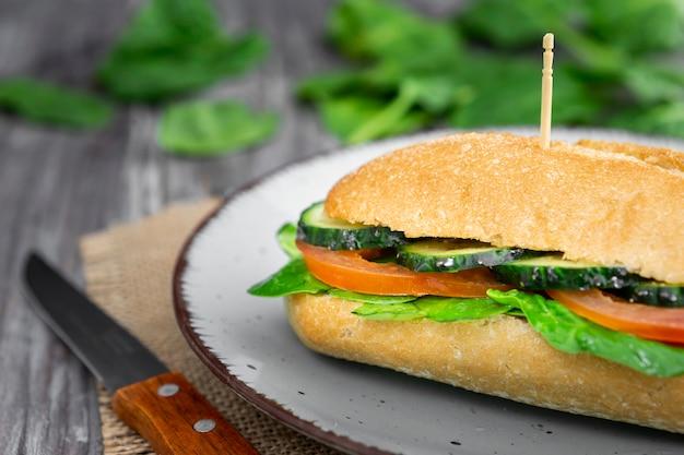 Nahaufnahme des köstlichen sandwichs mit gurken- und tomatenscheiben