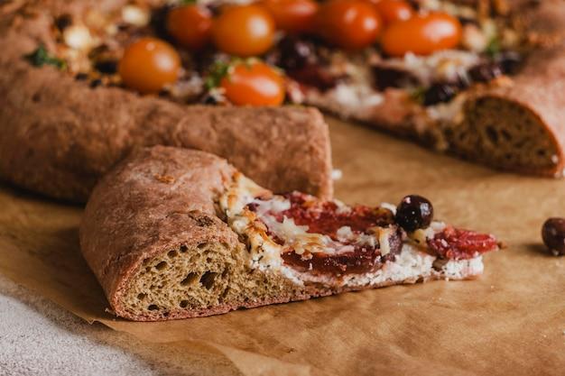 Nahaufnahme des köstlichen stücks pizza