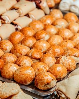 Nahaufnahme des köstlichen süßen gebäcks auf metallschale