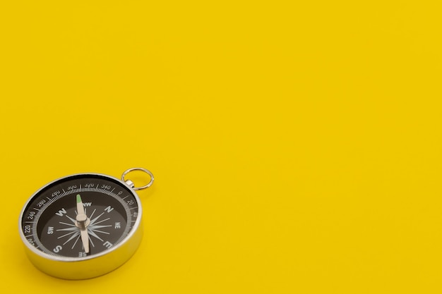 Nahaufnahme des kompass vor gelbem hintergrund