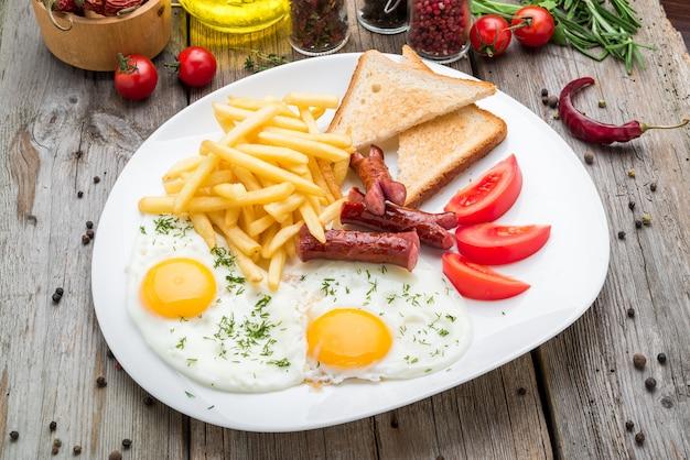 Nahaufnahme des kontinentalen frühstücks mit ei und wurst