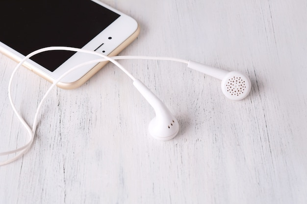 Nahaufnahme des kopfhörers am modernen telefon